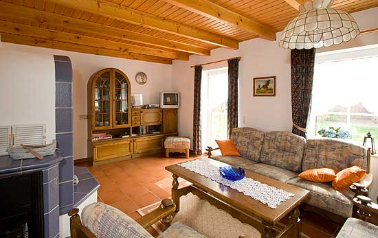 ferienwohnung mit terrasse und kachelofen alfunnixsiel nordsee ferienwohnung h hn. Black Bedroom Furniture Sets. Home Design Ideas